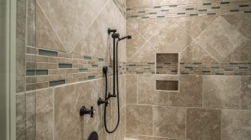 Ideální zděný sprchový kout? Dostatek prostoru, vhodná podlaha i úložné prostory