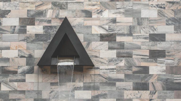 """Interiérové fontány. Designový skvost nebo kýčovitý výkvět """"podnikatelského baroka""""?"""