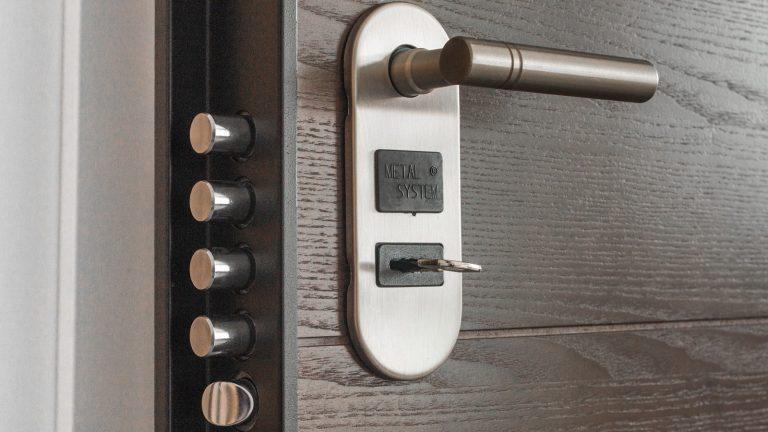 Jak vybrat vchodové dveře do bytu? Měly by být bezpečné i líbivé