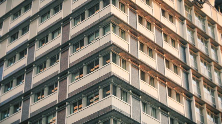Koupě staršího bytu může vyjít laciněji, dejte si však pozor na dodatečné náklady