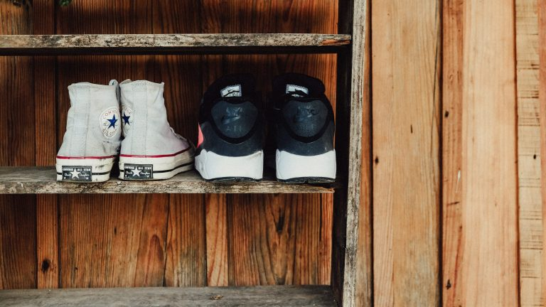 Válí se vám boty po celé předsíni? Vyřešte botník vkusně a moderně jednou pro vždy