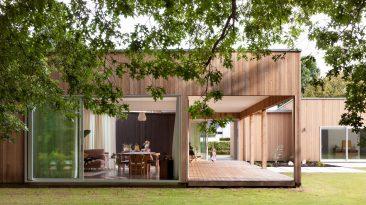 Rodinný dům, který stírá hranici mezi interiérem a zahradou, umožňuje přesunout obývák i na zahradu