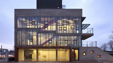 Kulturní centrum přehlíží své okolí obrovským ok(n)em a je první vlaštovkou nové obytné čtvrti