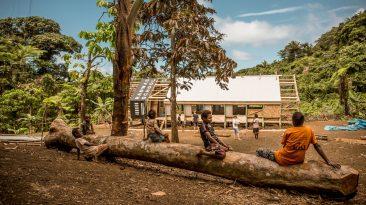 Po zničujícím hurikánu byla na ostrově v Oceánii postavena nová extrémně odolná budova školy