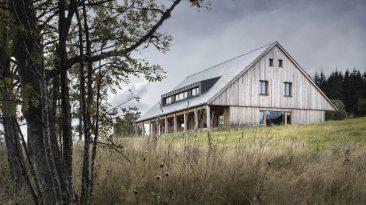 Nová horská usedlost na Šumavě je perfektní kombinací tradice a moderního bydlení