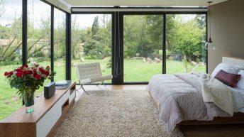 Jednoduchý, funkční a ekologický dům s unikátní motýlovou střechou složili jako skládačku