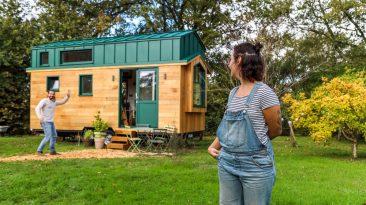 Mladý pár si svépomocí postavil minimalistický minidomek, který akorát stačí na pohodlné živobytí
