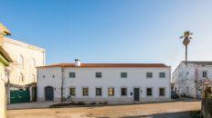 Architekti vdechli rodinnému domu na portugalském venkově nový život
