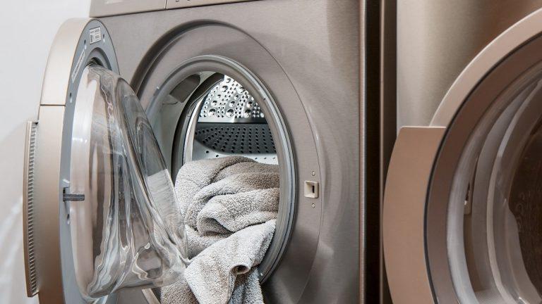 Chcete-li mít čisté a voňavé prádlo, nepodceňujte čištění pračky
