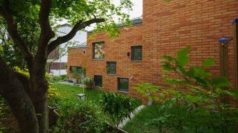 Dům pro čipernou seniorku oplývá krásnou zahradou a luxusním interiérem