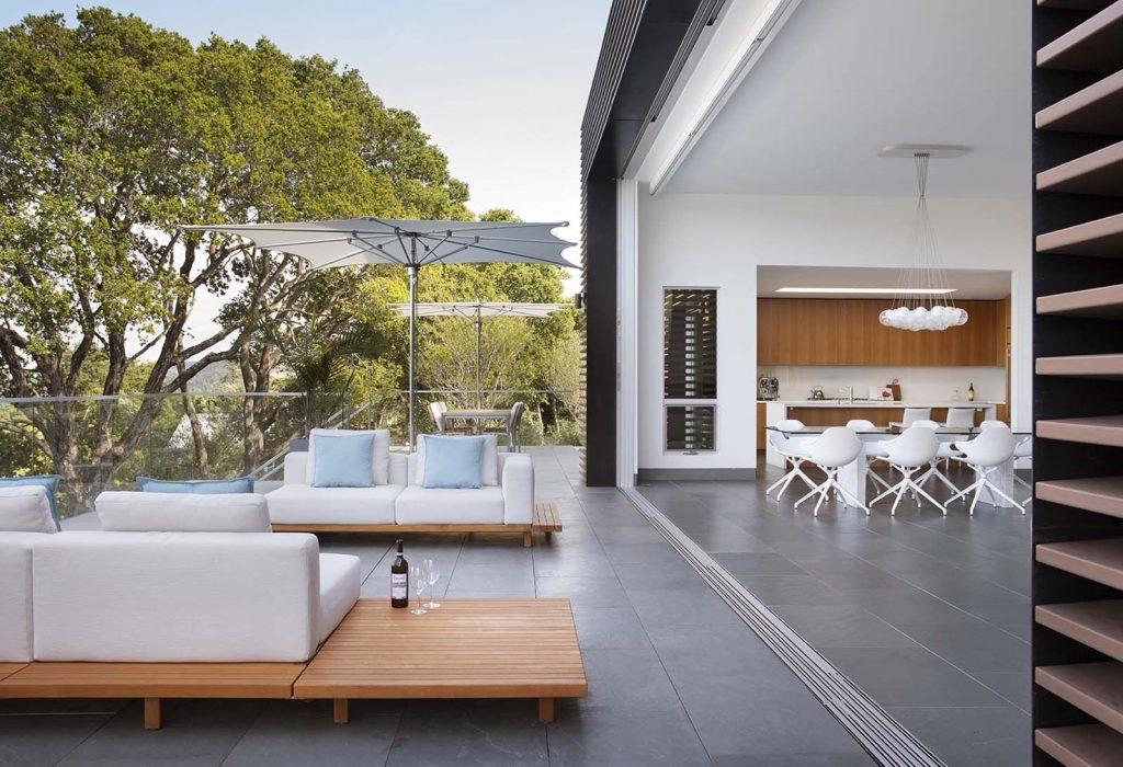 Interiér je propojen s terasami po celé délce místností