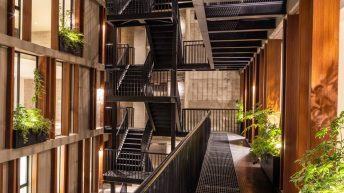 I polyfunkční městská budova může být plná zeleně