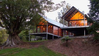 Mladá rodina předělala chátrající zemědělskou stavbu v útulný moderní domov