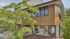 Moderní dům pro mladou rodinu si libuje v otevřených prostorech. Chybí dokonce i formální vstupní dveře