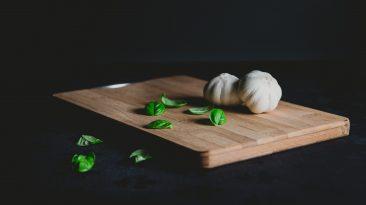 O dřevěné kuchyňské prkénko je potřeba pečovat. Správnou péčí zabráníte vzniku toxických plísní