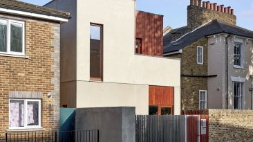 Uprostřed typické londýnské zástavby řadovek postavili netradiční betonovým domek. Nový dům kupodivu zapadá mezi ostatní