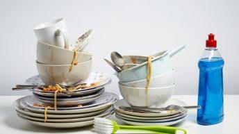 Vyrobte si doma efektivní přípravek, se kterým snadno vyčistíte silně znečištěné nádobí