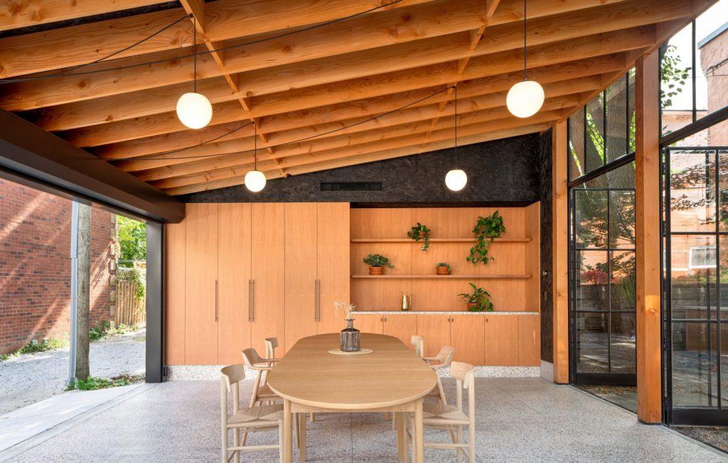 Rekonstruovaná garáž nabízí posezení pro skupinu i jednotlivce