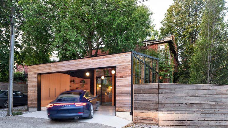 Z obyčejné garáže vytvořili jedinečné místo k setkávání